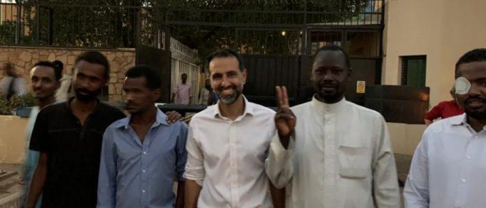 السفير البريطاني في الخرطوم يؤم المصلين السودانيين في منزله