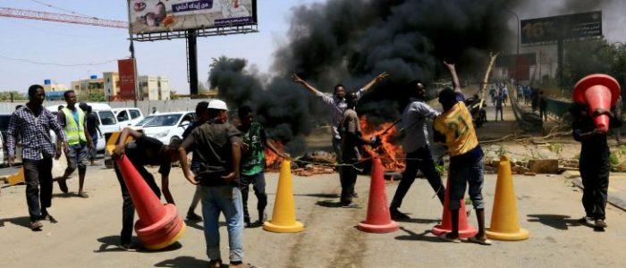 السودان.. معتصمون يغلقون شوارع حيوية في الخرطوم
