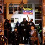الشرطة الأمريكية تخرج ناشطين مؤيدين لمادورو من السفارة الفنزويلية في واشنطن