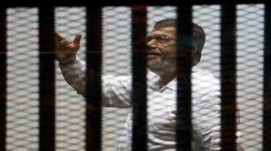 النيابة العامة: مرسي سقط مغشيا عليه داخل قفص الإتهام وتم نقله للمستشفى