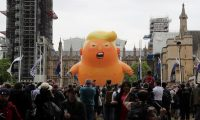 المحتجون في لندن يطلقون بالون ترامب الرضيع ويضعون تمثالا ضخما له وهو يغرد من مرحاض