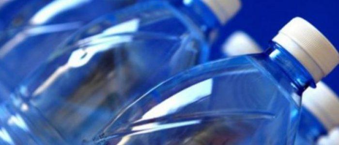 دراسة: البشر يستهلكون جزيئات بلاستيك أسبوعيا بحجم بطاقة ائتمان