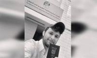 صحفي إسرائيلي يسخر من البحرينيين ويشهر جواز سفره أمام جمعية مكافحة التطبيع في المنامة