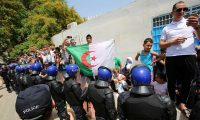 حراك الجزائر متمسك بإجراء انتخابات رئاسية