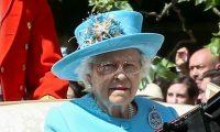 ارتطام وشاح بوجه الملكة إليزابيث في مباراة بولو