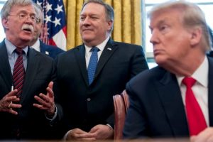 فايننشال تايمز: مستشارو ترامب يقدمون له نصائح مضللة قد تقود إلى الحرب مع إيران