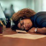 منها الشعور المتكرر بالتعب علامات قد تشير إلى خلل الغدة الدرقية