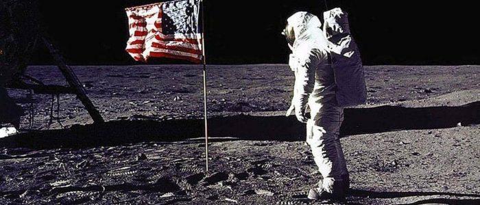 """هل لوثت الأرض بـ""""جراثيم القمر""""؟"""
