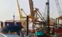 لحظة انهيار رافعة بعد اصطدامها بسفينة بميناء فى إندونيسيا