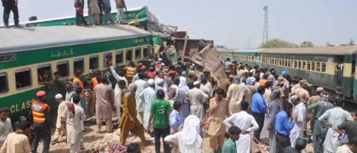مصرع 11 وإصابة العشرات جراء تصادم قطارين في باكستان