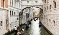 تغريم سائحَين ألمانيين ومطالبتهما بمغادرة «البندقية» لتحضيرهما القهوة عند سفح جسر تاريخي