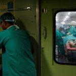 مفكات وشفرات حلاقة.. أطباء يخرجون 33 جسماً غريباً من الهند