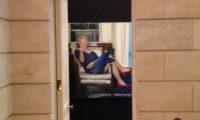 ماذا قال صاحب لوحة كلينتون مرتدي الفستان والحذاء الأحمر؟