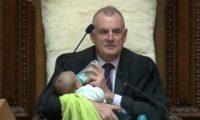 رئيس البرلمان النيوزيلندى يرضع طفلا خلال الجلسة العامة
