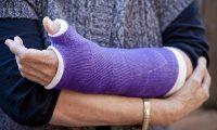 بريطانية تعتدي بـ«العض» على 7 ضابطات وتترك فيهن إصابات بالغة