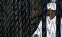 """الرئيس السوداني عمر البشير يبتسم داخل قفص اتهامه بـ """"الثراء الحرام"""""""
