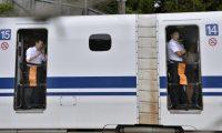 قطار ياباني يسير بسرعة 280 كلم في الساعة بينما كان أحد أبوابه مفتوحاً