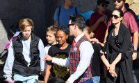 أنجلينا جولي مع أولادها في ديزني لاند