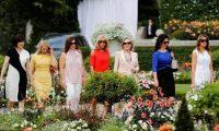 بريجيت ماكرون تقود زوجات قادة العالم إلي أرض الفلفل
