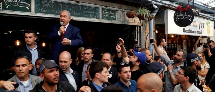منافس نتنياهو يسخر منه ويصفه بالأناني على خلفية هروبه من تجمع انتخابي بعد قصف صاروخي