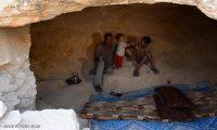 سوريون يتخذون من كهوف بدائية مساكن لهم