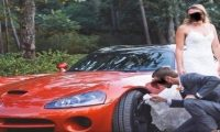 عريس أمريكي يستخدم ثوب زفاف عروسه لتنظيف عجلة سيارته