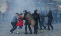 """اعتقال العشرات وتفريق المحتجين بـ""""الغاز"""" في مظاهرات باريس"""