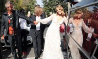 منافسة بوتين تحتفل بزفافها في سيارة دفن الموتى