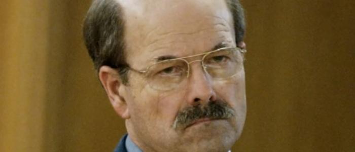 القاتل المتسلسل الذي لم يُثر الشكوك 30 عاماً وتحدَّى الشرطة والصحافة.. من هو دينيس ريدر؟