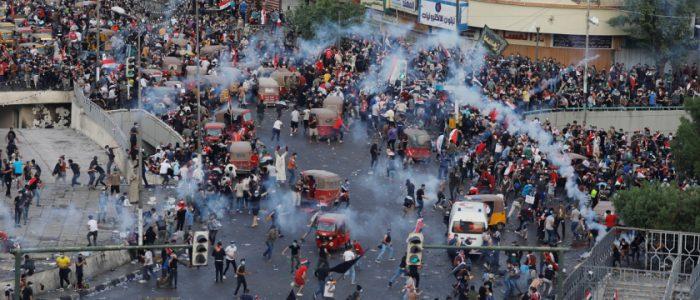 إصابة 30 متظاهرا عراقيا في اشتباكات مع قوات الأمن وسط بغداد
