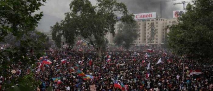 عشرات الآلاف ينظمون احتجاجات جديدة في العاصمة التشيلية سانتياجو