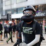 شرطة هونج كونج تستخدم الغاز المسيل للدموع لتفريق المتظاهرين