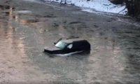 هاتف أبل ينقذ صاحبه من الموت في نهر متجمد
