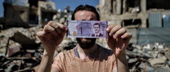 «كلما تأزم الوضع في لبنان تنهار الليرة السورية أكثر».. إلى أين سيصل زلزال انهيار العملة في دمشق؟