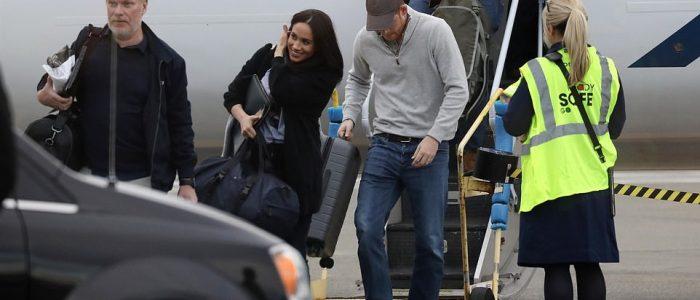 هارى وميجان على الدرجة الاقتصادية حاملين حقائبهما بنفسهما