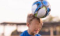 بريطانيا تحظر على تلاميذ المدارس تسديد الكرة بالرأس