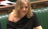 برلمانية بريطانية تبيع فستانها بـ 26 ألف دولار  بعد انتقادات من ارتدائه