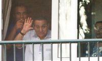 سوزان مبارك تدخل فى نوبة بكاء بجوار جثمان زوجها