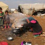 لا ملجأ لهم سوى العيش مع الأفاعي بالجبال الجرداء.. مأساة اللاجئين السوريين الفارين من إدلب