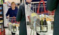 أنجيلا ميركل تتسوق بمفردها رغم انتشار الكورونا