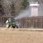 مزارع يونانى يرش لاجئين سوريين بمبيد حشرى على الحدود التركية