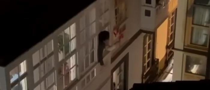 زوجان إسبانيان يقيمان زفافهما بالشرفة في تحدٍّ للعزل بسبب كورونا