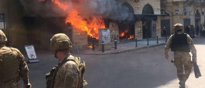 طرابلس تنفجر غضبا ضد الجيش والمصارف بعد مقتل أحد المتظاهرين