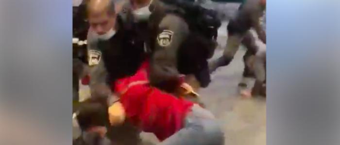 قوات الاحتلال تعتدي على فتاة فلسطينية دافعت عن شقيقها أثناء اعتقاله في القدس