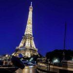 برج إيفل يضاء بأنوار بيضاء براقة تكريما لمن يحاربون كورونا