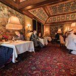 مطعم أمريكي يشغل طاولاته بالدمى