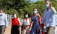 العائلة الملكية الإسبانية تزور أفقر الأحياء بإشبيلية بالكمامة