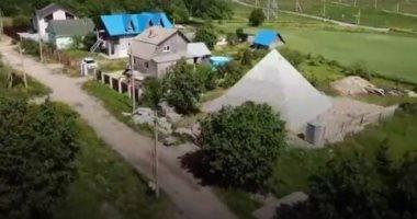 """زوجان روسيان يبنيان هرما يشبه """"خوفو"""" في حديقة منزلهما حبا فى الفراعنة"""