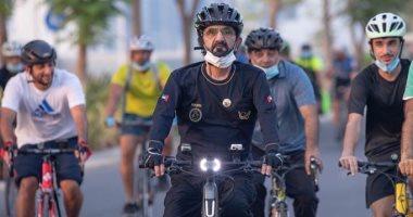محمد بن راشد يتجول بالدراجة في شوارع دبى