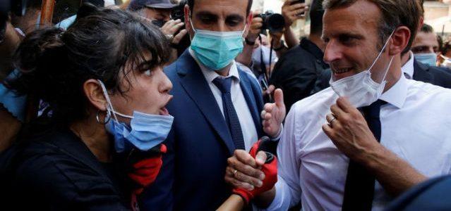 """ماكرون عانق الناس في الشوارع.. لماذا ترى فرنسا نفسها """"الأب الروحي"""" للبنان؟"""